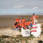 Rêve et Réalise collecte des déchets sur la plage.