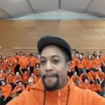Le Directeur du groupe HappyChic remet les tenues des volontaires de Lille