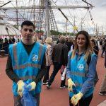 Des volontaires Rêve et réalise nettoient la ville de Rouen lors de l'Armada